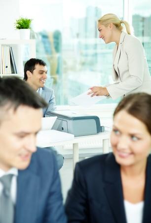 fotocopiadora: Secretario mostrando copia al jefe en el entorno de trabajo en la oficina