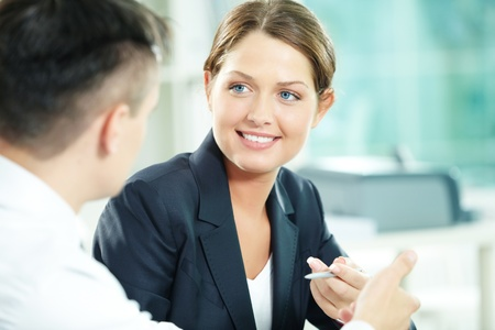 Un gestionnaire de femme regardant partenaire d'affaires lors d'une conversation