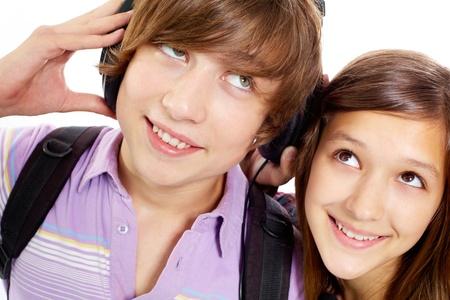 pareja de adolescentes: Retrato de adolescentes felices con los auriculares escuchando m�sica