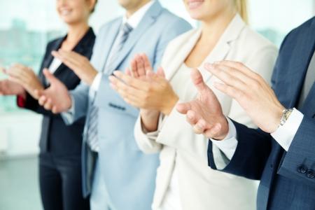Foto di mani dei soci d'affari che applaudono alla riunione