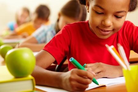 diligente: Retrato de dibujo con lápices de colores encantadora chica a la lección