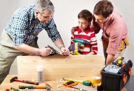 broca: Un abuelo y un padre ense�ando a un ni�o a trabajar con el plano