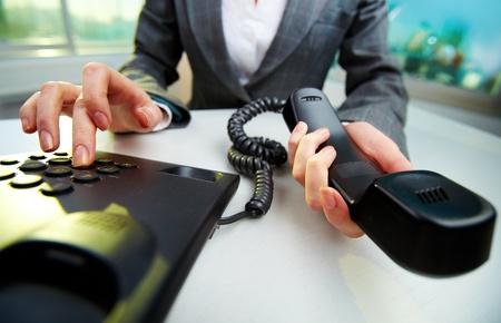 secretaria: Mujer celebraci�n mano del tel�fono receptor y el n�mero de marcaci�n