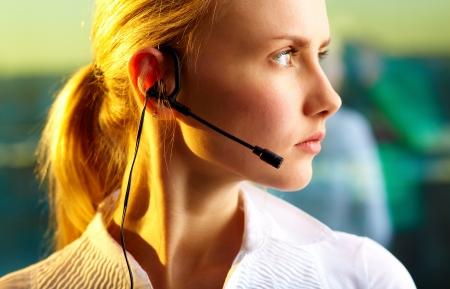 Profil von pretty woman mit Headset freuen
