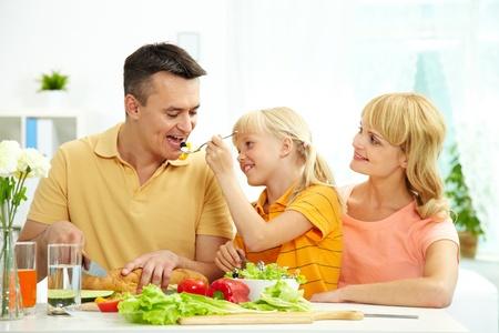 ni�os desayuno: Retrato de familia feliz tomando el desayuno en la ma�ana en la cocina Foto de archivo