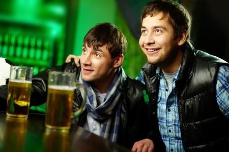 due amici: Due amici passare il tempo al bar dello sport entusiasta del gioco Archivio Fotografico