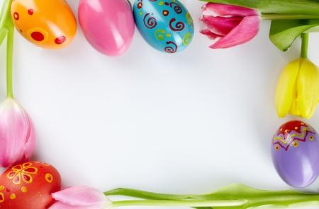 pascuas navide�as: Imagen de marco decorativo formado por huevos de Pascua y tulipanes Foto de archivo