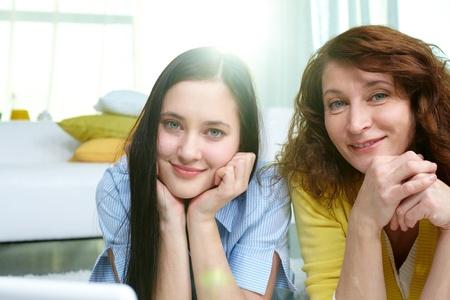 madre e hija adolescente: Tiro vertical de madre e hija pasar tiempo juntos en el interior Foto de archivo