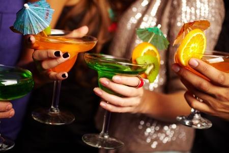 cocktail fruit: Los j�venes la celebraci�n de c�cteles, sus rostros de ser fuera de la pantalla Foto de archivo