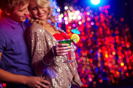 pareja bailando: Los jóvenes bailando juntos en una fiesta