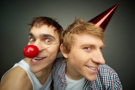 tonto: Dos chicos divertidos haciendo muecas a la c�mara la celebraci�n de d�a de los inocentes