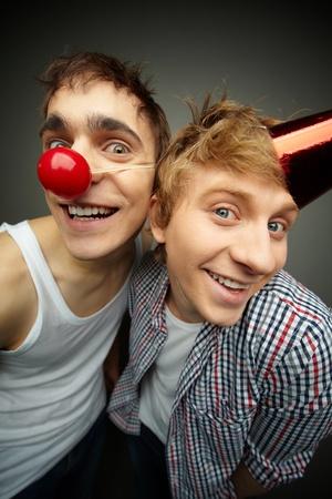 tonto: Dos chicos se divierten haciendo las caras en la cámara el día de los tontos