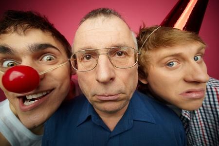 gezichts uitdrukkingen: Drie April Fools kijken camera met verschillende gezichtsuitdrukkingen Stockfoto
