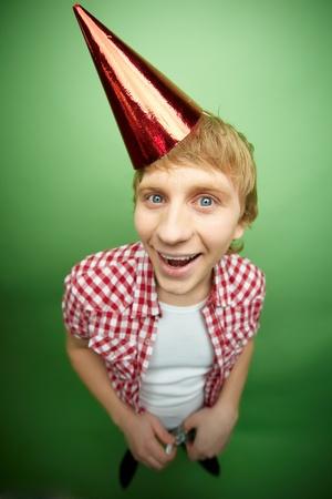 tonto: Tipo gracioso sonriendo a la c�mara en la fiesta de d�a de los inocentes