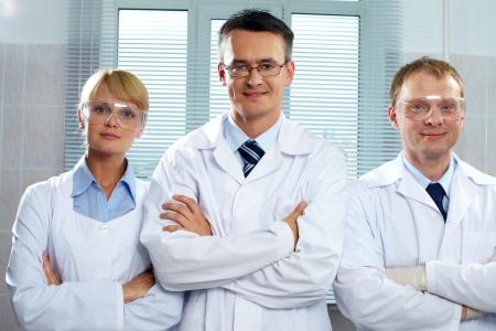 3 肯定的な科学者のカメラを見て笑みを浮かべて