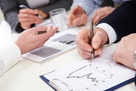 cuadro sinoptico: La gente de negocios en discusiones gr�ficos y diagramas Foto de archivo