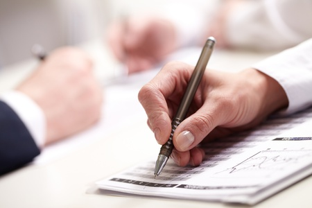 taking note: Gli uomini d'affari prendere appunti in Business Briefing