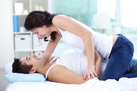pareja en la cama: Los jóvenes flirtear y divertirse en la cama