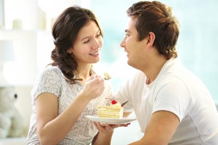 pareja comiendo: Amar torta pareja comer juntos