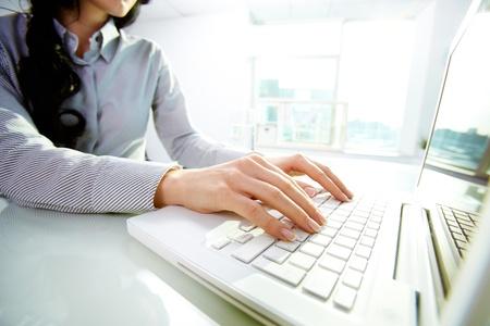 klawiatura: Pisania pani Biznes na laptopie w biurze