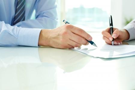Twee business partners ondertekenen van een document Stockfoto