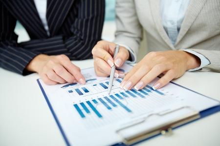 財源: 女性の手のペン会議でのビジネス ドキュメントと画像 写真素材