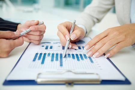 Bild der weiblichen Hände mit Stiften während der Diskussion von Geschäftsdokumenten auf die Erfüllung