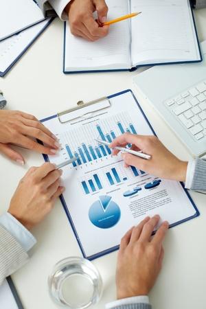 財源: 人間の手のペン会議でのビジネス ドキュメントと画像