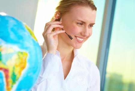 agente: Ritratto di sorridere agente tour con il client per auricolare consulenza