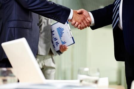 companionship: Primer plano de dos hombres apretón de manos después de hacer un acuerdo