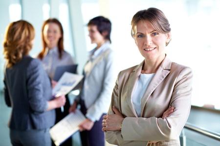 Afbeelding van succesvolle middelbare leeftijd zakenvrouw kijken camera Stockfoto