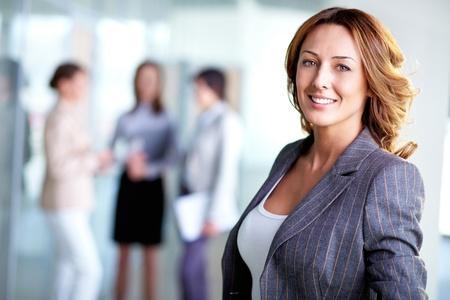 magabiztos: Fénykép szép üzleti vezetője nézi kamera