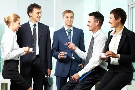 office break: Cinco compa�eros de trabajo se comunican a la rotura Foto de archivo