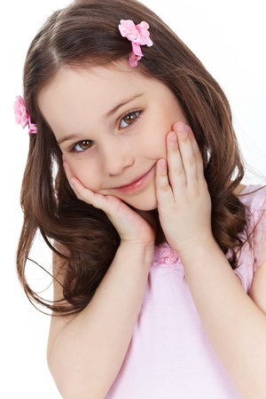 little models: Tiro vertical de una linda ni�a que sonr�e y posa delante de la c�mara Foto de archivo