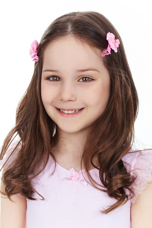 školačka: Vertikální portrét okouzlující dívka s úsměvem na kameru, izolovaných na bílém pozadí