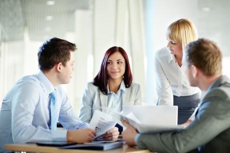 Mensen uit het bedrijfsleven bijeen om de ideeën en ervaringen uit te wisselen delen Stockfoto