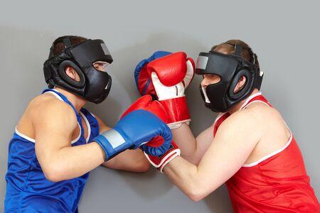 aggressively: Due ragazzi di protezione sportivo boxe aggressiva