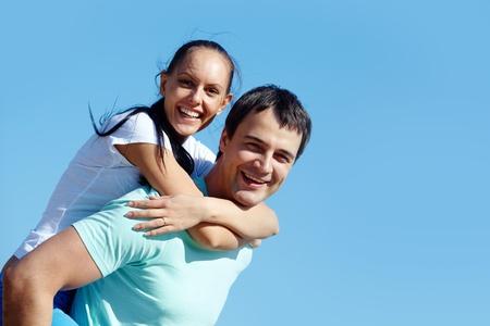 Portrait d'un jeune couple sur fond de ciel bleu