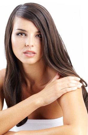 belle brunette: Portrait d'une belle femme aux cheveux longs regardant la caméra