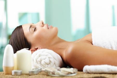 masajes faciales: Mujer tomando el placer antes del procedimiento de spa