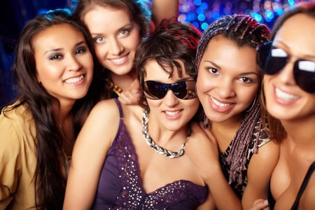 chicas divirtiendose: Close-up foto de grupo de chicas de fiesta la diversi�n Foto de archivo