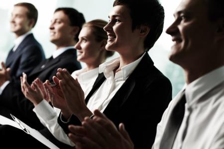 conferencia de negocios: Incline hacia arriba del rupo de personas de negocios aplaudiendo a un orador exitoso