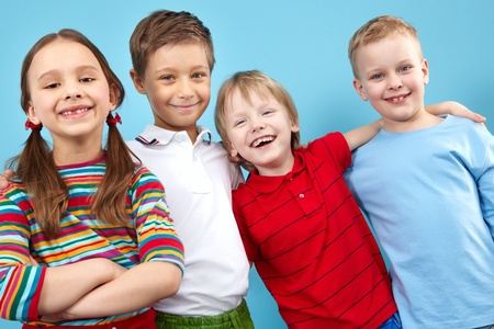 ni�os riendose: Retrato de grupo de cuatro amigos abrazan sonrientes Foto de archivo