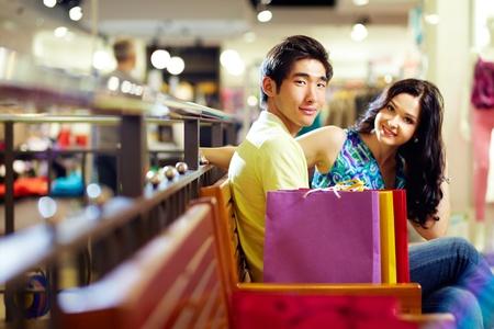 consommateurs: Les jeunes profitant de la pause entre les sessions commerciaux Banque d'images