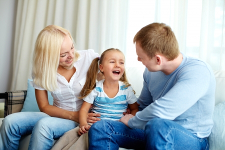 ni�os hablando: Retrato de la hija feliz riendo y mirando a su padre Foto de archivo