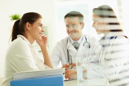 Office uniforms: Retrato de un paciente conf�a en los profesionales de consultor�a en el hospital