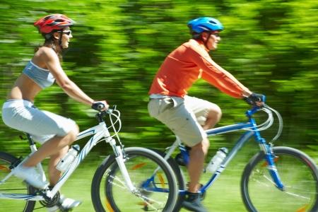 riding helmet: Imagen en movimiento de dos ciclistas a caballo en el camino de pa�s
