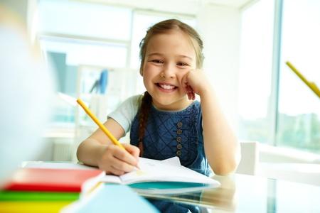 ni�o escuela: Retrato de ni�a bonita que mira la c�mara con una sonrisa Foto de archivo