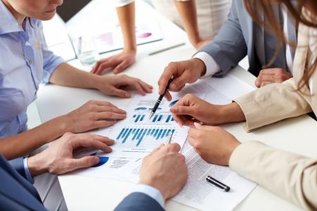 recursos financieros: Imagen de la mano del hombre sobre documentos de la empresa en la reuni�n