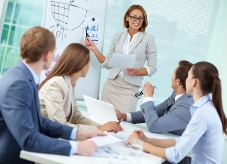 Confiant d'affaires expliquer quelque chose à ses collègues à répondre